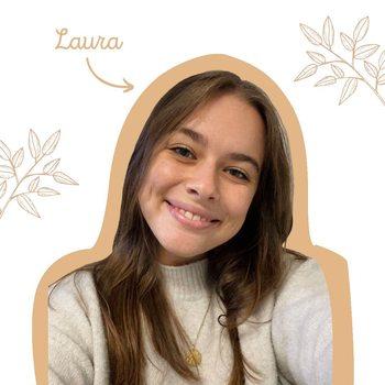[ÉQUIPE] - Laura  . Salut moi c'est Laura ! 🌸 . Mes caractéristiques principales 🤔 :  . . ➡️ Un peu TÊTE EN L'AIR 🤷🏻♀️ et pour autant ORGANISÉE ➡️ SOURIANTE le plus souvent mais aussi SÉRIEUSE 🧐 quand il faut ➡️ PETITE, c'est vrai, mais tout ce qui est petit est mignon 🥰 ➡️ Toujours À L'ÉCOUTE des autres mais aussi très BAVARDE 🤭 . Je suis aussi exploratrice, j'aime beaucoup faire des rencontres, voyager 🌏 et prendre des photos 📸. La gestion des réseaux sociaux est donc un travail qui me colle à la peau 👩🏻💻 !  .  . Mes coups de ❤ : Les savons solides ! De ma salle de bain à la cuisine je suis maintenant une adepte des produits solides ! 😍 . #equipe #réseauxsociaux #communication #work #moncarrenature #créer #madeinfrance #zerodechet #zeroplastique #aventure #followme #travailler #voyager #enregistrer #répéter #profiter #workinggirl #savon #savonsolide