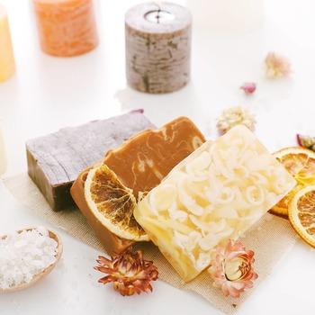 Les cosmétiques solides 🧼  Sais-tu 🧐 quels sont les avantages des produits solides, tels que les savons, shampoings, déodorants, ... ?  . . Non ? 🤔 Alors lis bien la suite 😉 . . 1) Ils comportent beaucoup moins d'eau 💧comparé aux produits liquides 🧴 Qui dit - d'eau dit bon pour la planète🌍 mais dit aussi - de bactéries  . . 2) Ils se conservent bien mieux (à condition de les garder au sec)🌞 Et leur composition est hautement concentrée en agents actifs 🌿 . . 3) Ils sont très économiques💰 et offrent plus d'utilisations qu'un flacon de produit liquide🧴 . . 4) Les cosmétiques solides sont 100% zéro déchet et leur compostion est naturelle 🌸 (la plus part du temps😏) . . Alors qu'est ce que tu attends ? 😁 Va vite faire un tour sur www.moncarrenature.fr 👩🏼💻 pour découvrir tous nos cosmétiques solides 🧼  #cosmetiquebio #cosmetiquesolide #solide #sanseau #savonsolide #shampoingsolide #deodorantsolide #dentifricesolide #naturel #cosmetiquenaturelle #cosmetiquezerodechet #zerodechet #0dechet #nowaste #sansdechet #economique #ecologique #fortheearth #foryou #pourtoi #consommerautrement